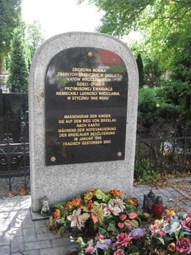 """Zbiorowa mogiła dzieci w Kątach Wrocławskich, ofiar ewakuacji ludności niemieckiej z """"Festung Breslau"""""""